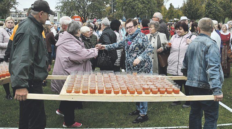 Viečiūniškiai savaitgalį siekė obuolių sulčių gėrimo rekordo