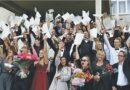 """Druskininkų """"Ryto"""" gimnazijos 44-osios laidos abiturientams įteikti atestatai ir stipendijos"""