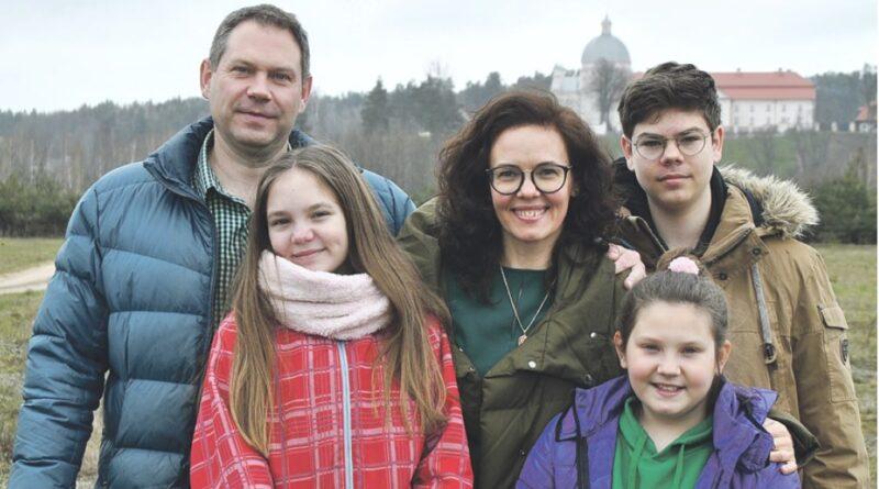 """Tris vaikus auginanti A. Jazepčikaitė-Gaidienė: """"Aš vis dar mokausi būti mama"""""""